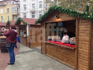 Пловдивчани вече вдигат тостове с греяно вино на Немския базар СНИМКИ
