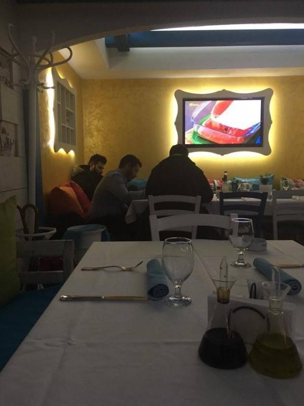 """Папараци в действие 2: Гръцката звезда Пантелис Пантелидис избра да вечеря """"Миконос"""" СНИМКА"""