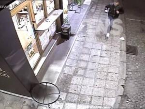 Познавате ли този бандит? Той преби и ограби две момичета  на Главната ВИДЕО
