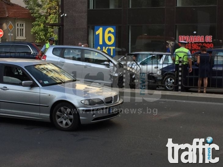 Меле в Кършияка! Фиат не спря на знак СТОП и отнесе две коли