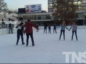 Пловдивчани се качиха на кънки: Падат, стават и се забавляват! ВИДЕО