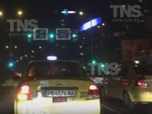 Светофар в Пловдив свети в зелено едва 8 секунди, задръства булевард ВИДЕО