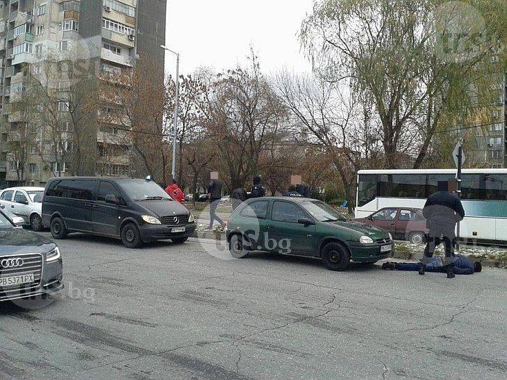 Спецакцията в Кършияка: Полицаите преследвали колата, изкарали силово арестуваните СНИМКИ