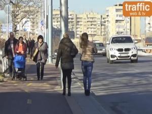 Велоалеята на моста на УХТ превръща пешеходците в нарушители ВИДЕО