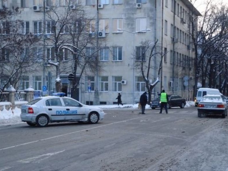 Жена помете две деца на пешеходна пътека пред училище СНИМКА