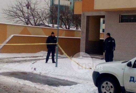Откриха 64-годишен мъж с нож в корема СНИМКИ