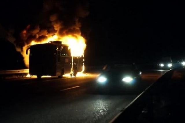 Пълен с пътници автобус се запали на автомагистрала Хемус
