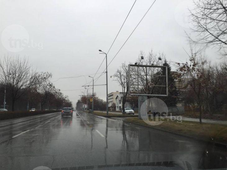 Патрулка на КАТ дебне пловдивчани, скрита зад билборд и качена на тротоар СНИМКИ