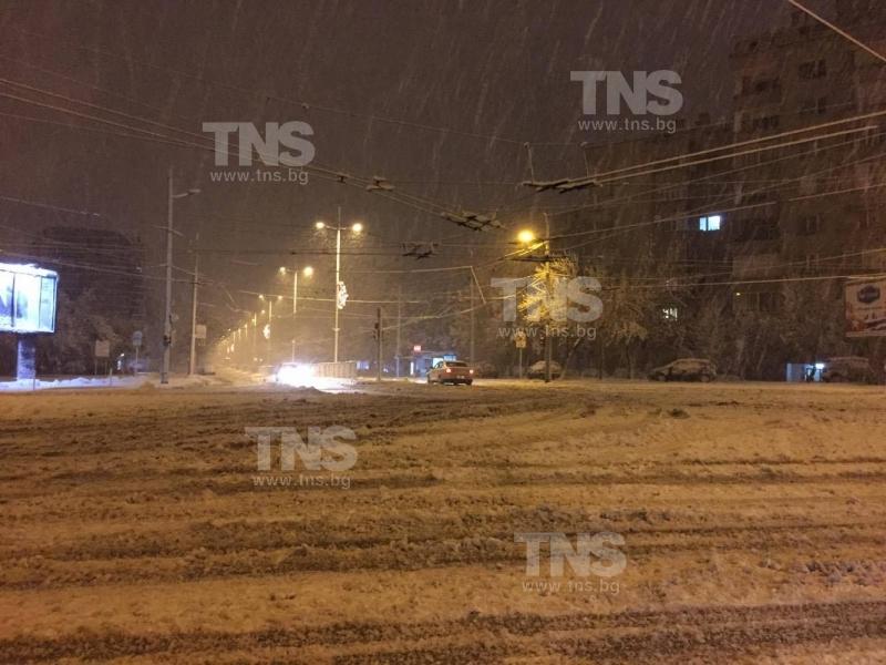 Извънредно: Пътищата в Пловдив блокирани от снега, затвориха проходи! СНИМКИ
