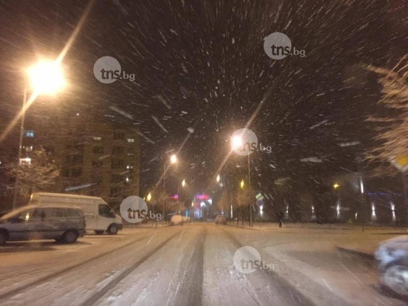 Как осъмна Пловдив? Основните булеварди - до асфалт, малките улици - пързалки