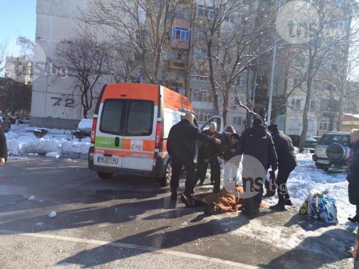 Пловдивчанин лежи в локва кръв до Лидъл, 25 минути чакат линейка СНИМКИ 18+