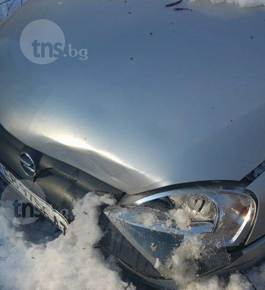 Снегорин потроши колата на пловдивчанка! Автомобилът още е блокирана в леда СНИМКИ