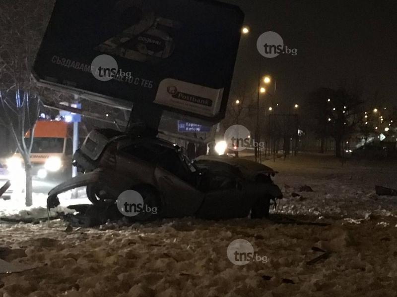 Истинска касапница в центъра на Пловдив! Автомобил мина през спирка, заби се в билборд, има загинал! СНИМКИ