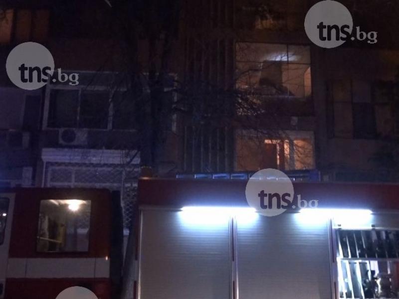 Пожар в центъра на Пловдив, хвърчат пожарни СНИМКИ
