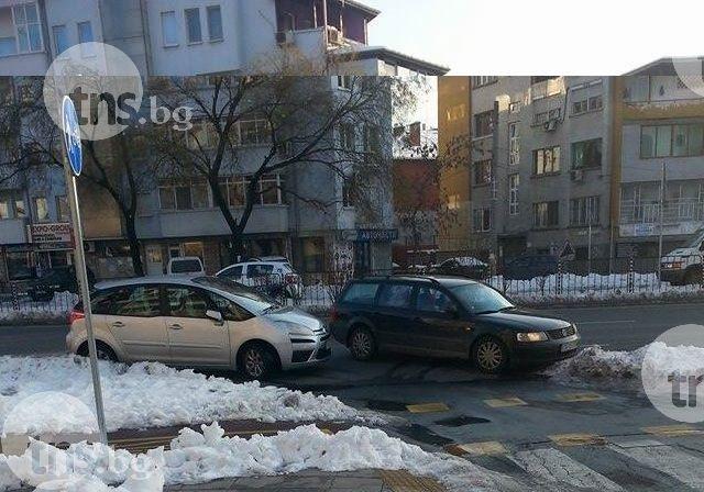 Самозабравил се паркира на възлово кръстовище, запуши пресечка СНИМКИ