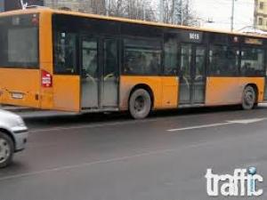 Бай Ганьо в рейса: 8-9-годишен ром отваря врати, пуска мигачи и държи с една ръка волана на автобус №26