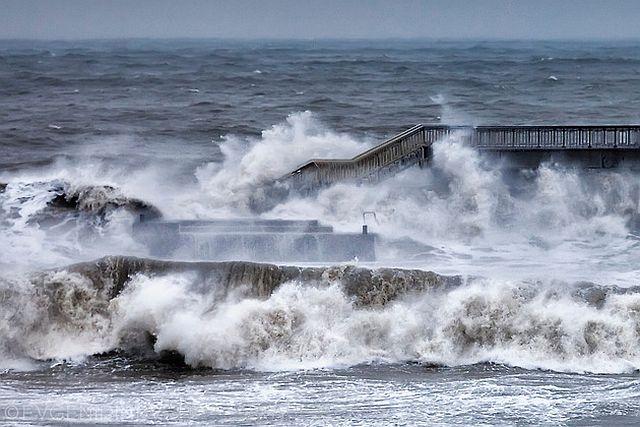 Силна буря и 19-метрови вълни предизвикаха бедствие във Великобритания ВИДЕО