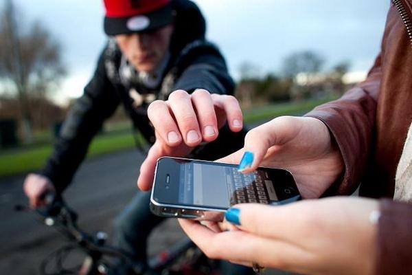 Двама тийнейджъри отмъкнаха телефон от 12-годишен