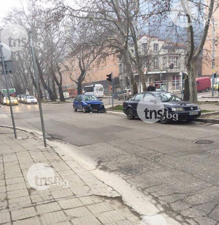"Автомобил се наниза в друг на булевард ""Руски"" СНИМКИ"