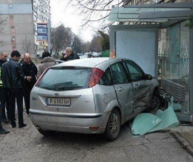 Автомобил се вряза в спирка СНИМКА