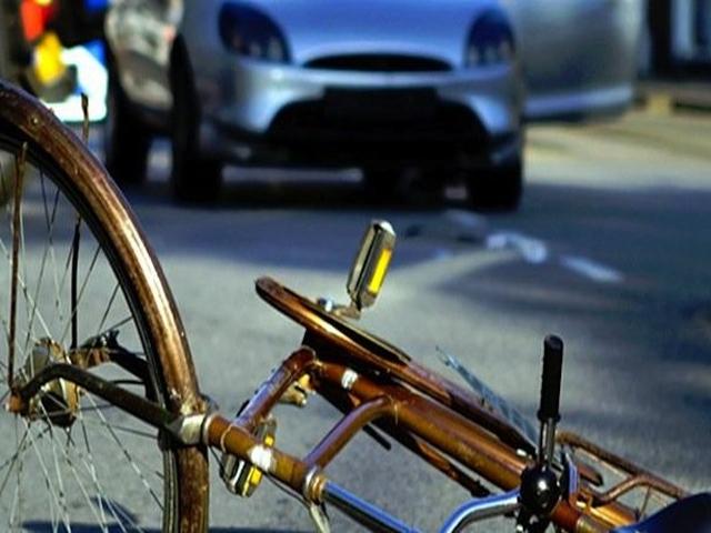 Велосипедист плаща 4 хилядарки на пешеходка, след като я блъснал на светофар