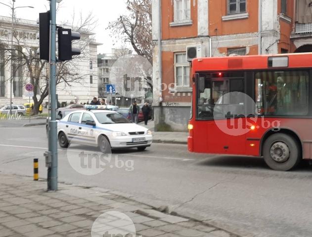 Автобус удари жена на Гладстон! Затвориха улицата за движение СНИМКИ