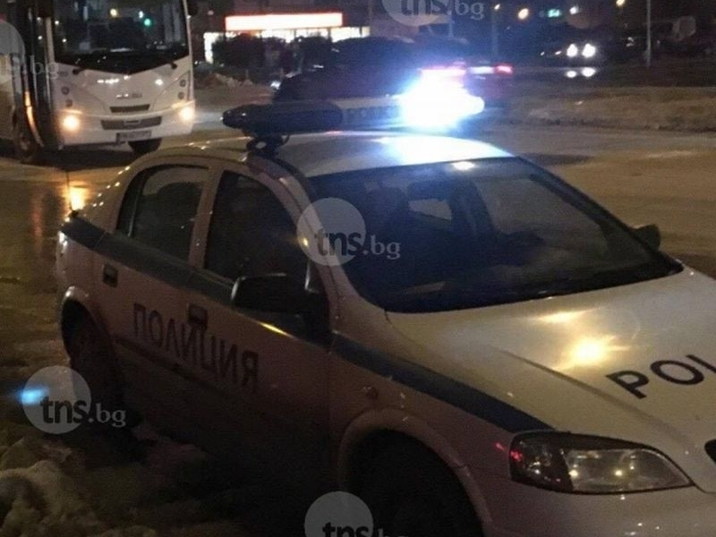 Екшън в Тракия! Бус се заби в паркирали коли след гонка с полицията!