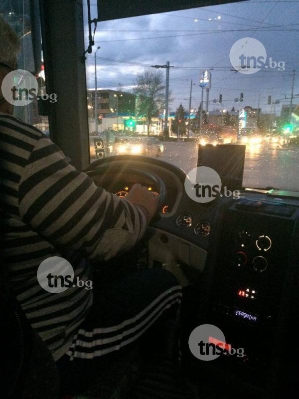 """Автобус № 36 се превърна в кръчма! """"Напипай го"""" забавлява пътниците ВИДЕО"""