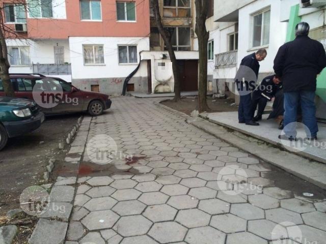 Кървав грабеж в Пловдив! Пребиха и ограбиха жена пред дома й СНИМКИ 18+