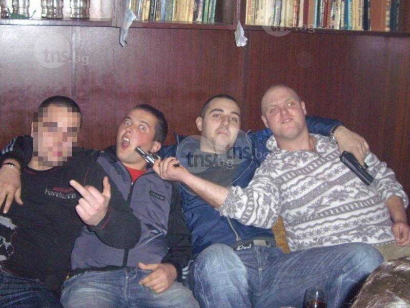 Полицаи от Пловдив развяват пищови в нета, редят линии на маса СНИМКИ