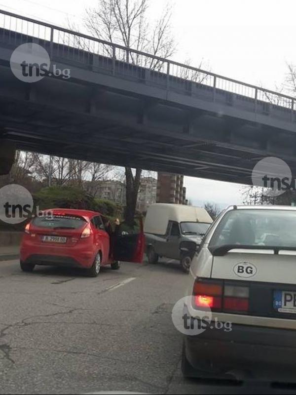 Камикадзе на Коматевско! Шофьор праши в насрещното по булеварда СНИМКИ