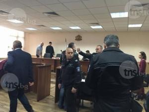 Анонимният свидетел разплака майката на митничаря Дребчев, изведоха я