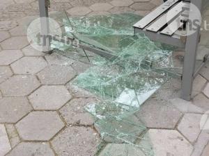 Изпотрошиха стъклата на спирка! Остри парчета се търкалят на сантиметри от чакащи СНИМКИ