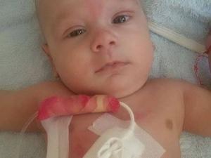 Бебето герой Дилян гасне от рак, а чиновници си клатят краката!