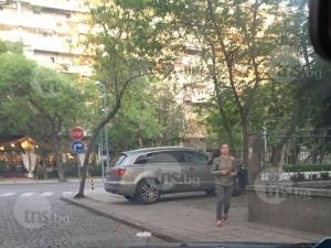 Царят на пътя! Скъп джип се настани най-удобно на тротоар на Богомил СНИМКИ