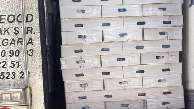 Спипаха 21 тона пилешки бутчета край Пазарджик, внесени като кучешка храна