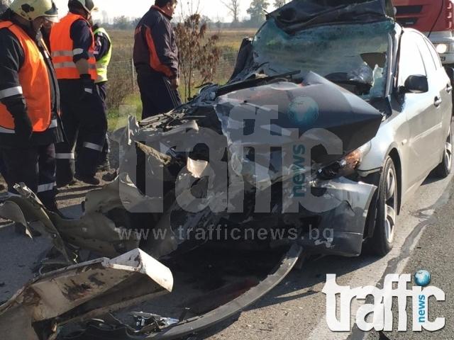Тежка катастрофа между три коли, 27-годишен е починал в мелето