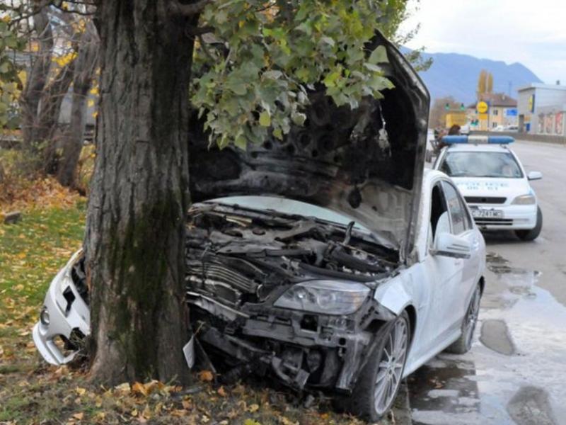 Полицията открила пиян шофьор да залита в нива, след като забил аудито си в дърво