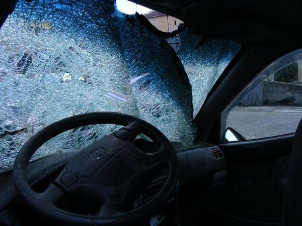 Апаши разбиха лек автомобил посред бял ден пред магазин