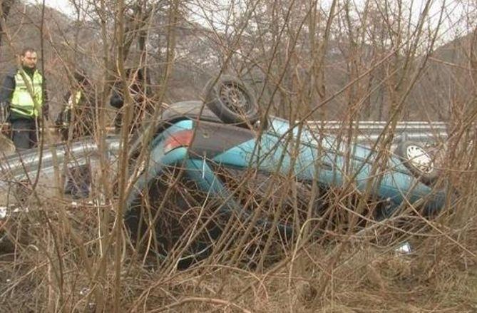 Кола се обърна по таван в Пловдивско, шофьорът е откаран в болница