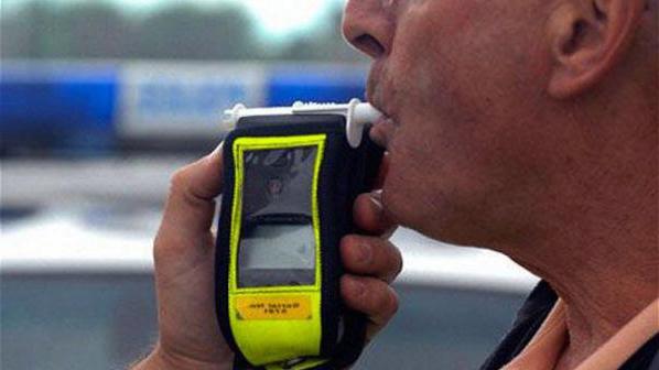 Почерпен шофьор реши да почерпи и спрелите го полицаи с... 350 лева
