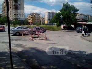 Обезопасиха дупката трошач в Кючука, затварят кръстовището за ремонт СНИМКИ