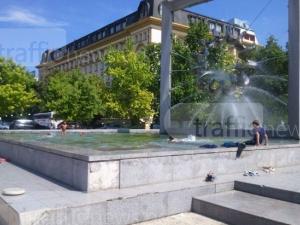 В Пловдив малки ромчета се къпят във фонтана пред Общинска полиция и Общинска охрана СНИМКИ