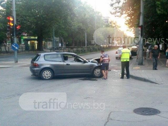 Меле на кръстовището на Камела в Кючука! Помлян автомобил блокира едното платно СНИМКИ