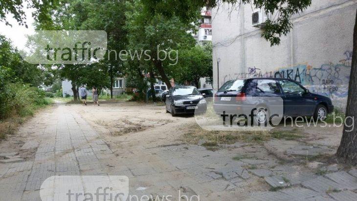 Шофьори-камикадзета изскачат от незаконен паркинг в Смирненски СНИМКИ