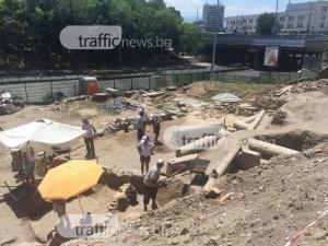 Археолози откриха част от колоните на Голямата базилика в Пловдив СНИМКИ