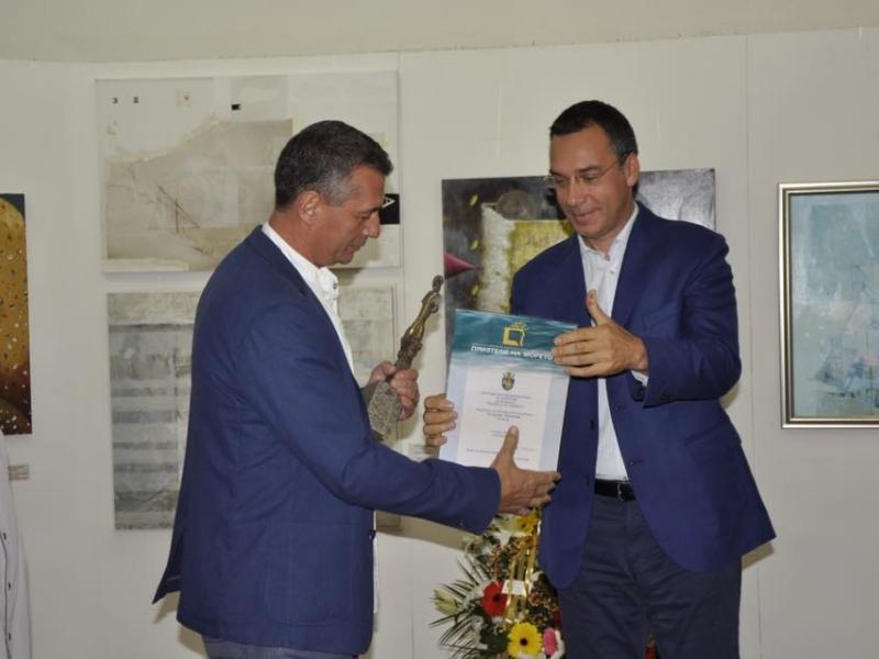 Атанас Хранов с приза за живопис на биеналето в Бургас