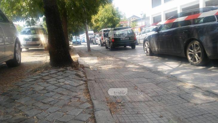 Хаос в уличките на Пловдив! Частни фирми организират движението, задръстванията са зверски ВИДЕО и СНИМКИ