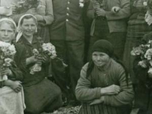 Издирват жени от снимка с Гагарин! Ще познаете ли някоя от тях?