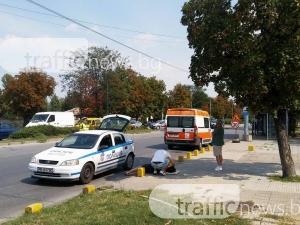 Кола връхлетя мотор в Пловдив! Момиче е на земята СНИМКИ